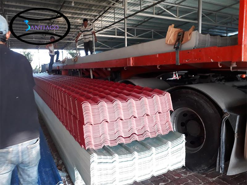 bốc xếp ngói nhựa tại nhà máy