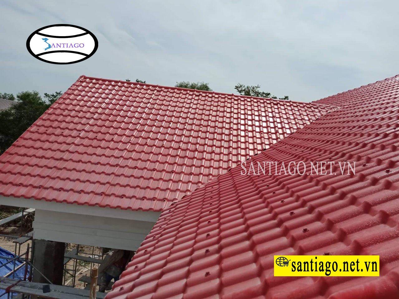 nhà lợp ngói nhựa màu đỏ
